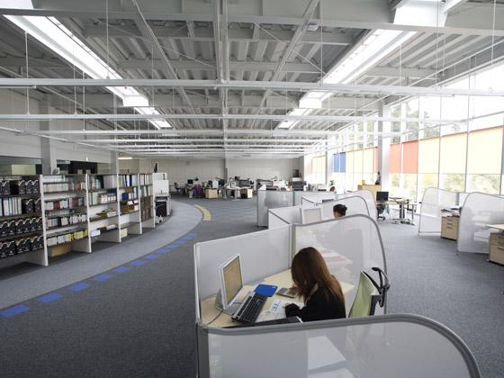 TAKUBO ENGINEERING CO., LTD./【The office】Bright and open office that makes the most of natural light from the north-facing windows.