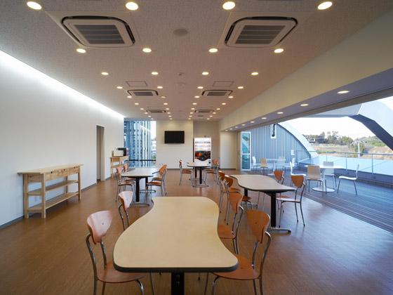 TAKUBO ENGINEERING CO., LTD./【The dining area】Large windows give the dining area an