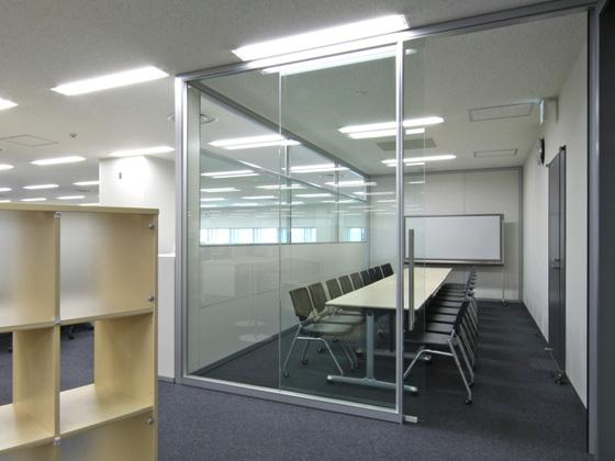 All Nippon Airways Co., Ltd. (ANA)/【Communication area】(Meeting room) The space promotes active discussions, with sliding doors that raise spatial efficiency and clear glass that expresses transparency.