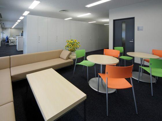 All Nippon Airways Co., Ltd. (ANA)/【Break area】Colorful chairs reminiscent of sunflowers and relaxing sofas provide a casual change of pace.