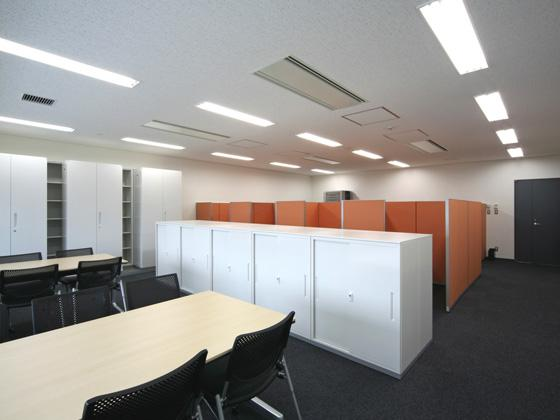 All Nippon Airways Co., Ltd. (ANA)/【Study room】(Book browsing) There is space for people to do intensive study on their own and space for people to learn in groups.