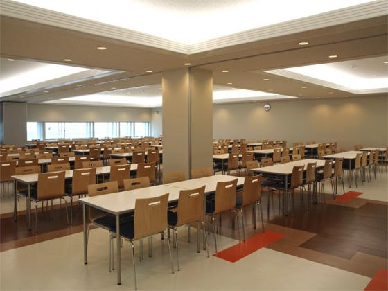 All Nippon Airways Co., Ltd. (ANA)/【Cafeteria】The bright space is filled with indirect light from the ceiling and the table layout makes taking meals an enjoyable experience.