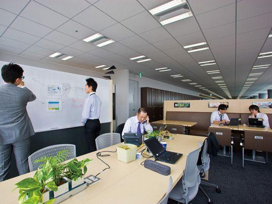 Hewlett-Packard Japan, Ltd./【Communication area】A cafe-style communication space. Brainstorming and other forms of collaboration are conducted using the white board.