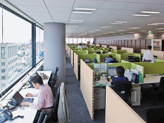 Hewlett-Packard Japan, Ltd./【Office area】The office area uses the address-free approach with tables and benches. The width of each seat can be changed with desk panels.