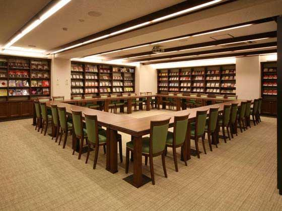 Financial Club inc./【Communication area】The seminar room features built-in bookshelves.