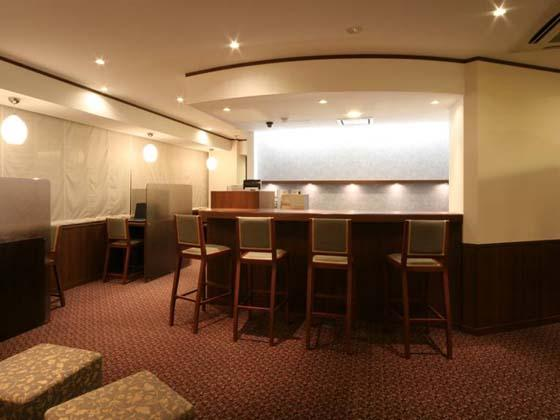 Financial Club inc./【Break room】There is a bar counter that makes you want a drink and an Internet space with retro-modern pendant lights.