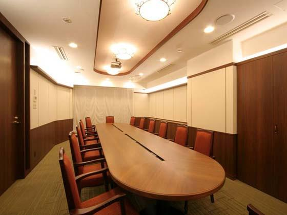 Financial Club inc./【Communication area】The vivid red chairs stand out in the classical design.