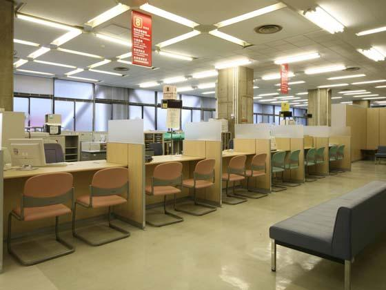 Yokohama City, Kanagawa Prefecture/【Hodogaya Ward - Service counter】The low counters have partitions that enable consultation in a relaxed setting.