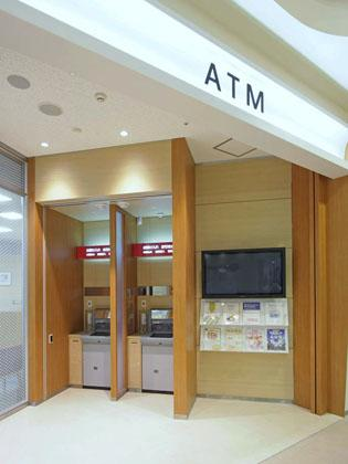 The Okazaki Shinkin Bank/【ATM area】The layout provides privacy and space to line up.