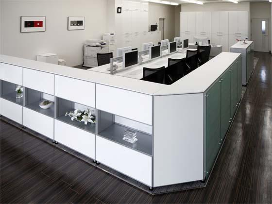 Wada Aircraft Technology Co., Ltd./【Office area】The space is unified with white furniture and dark wood flooring.