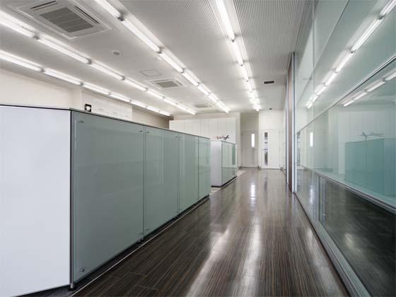 Wada Aircraft Technology Co., Ltd./【Office area】The office interior is unified with glass materials.