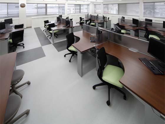 Wada Aircraft Technology Co., Ltd./【Office area】The office space for the engineering section consists of L-shaped desks.
