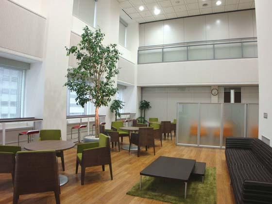 Kirin Kyowa Foods Company, Limited/【Lounge area】The lounge can be freely used by both visitors and employees. There are also 3-meter high plants.
