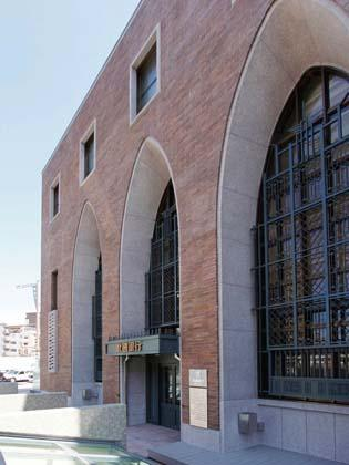 The Hokkoku Bank, Ltd./【Exterior】Three arches on the front facade.