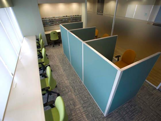 COSMO SYSTEM, inc/【Library】Employees can read or listen to music in this space, which features pop-art inspired green and orange.