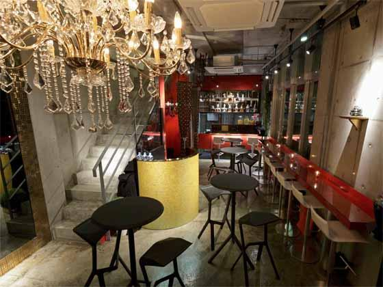 iibon.s/【Café】(Pipi -- dog-friendly cafe on 1st fl.) The interior features chandeliers that accent the space.