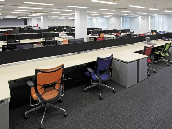 ABB Bailey Japan/【Workstation】People can choose the color of chair they want to use.