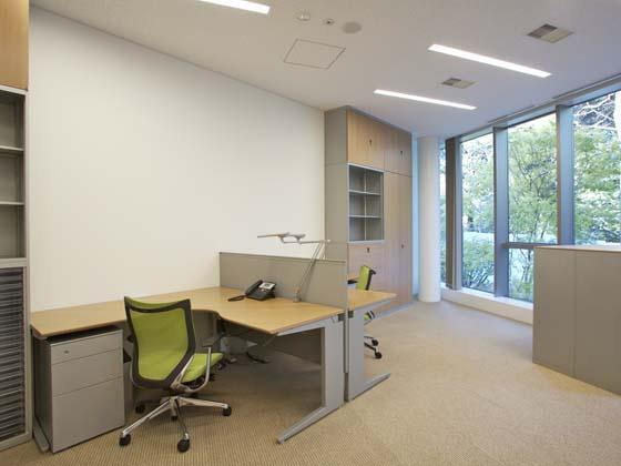 Ambassade de France au Japon/【Office area】All rooms face the garden for a space with abundant greenery.