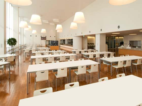 Coca-Cola West Co., Ltd./【Cafeteria】The large cafeteria with a vaulted ceiling exudes cleanliness and warmth.
