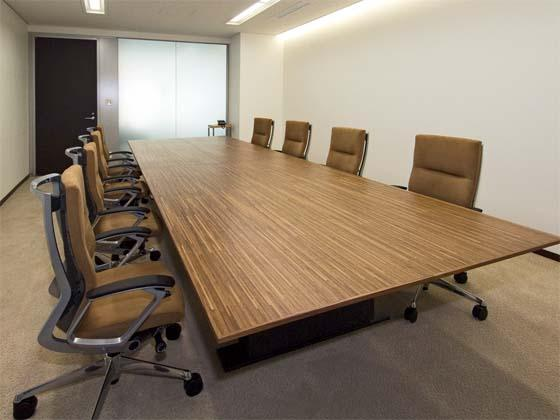 Coca-Cola West Co., Ltd./【Reception and meeting rooms】The table, made from a large, single slab of wood, gives the space a high-end feel.