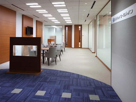Meiko Network Japan Co., Ltd./【Entrance】The aquarium panels create a rejuvenating space.
