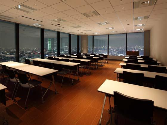 Meiko Network Japan Co., Ltd./【Training and multipurpose area】The lighting reduces glare off the windows, so partygoers can enjoy the Shinjuku cityscape at night.