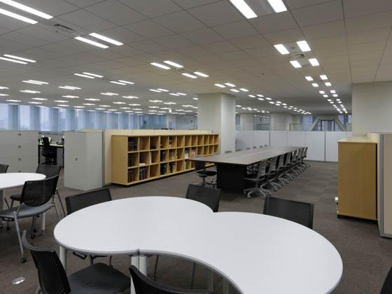 General Materials Manufacturer/【Communication area】The library in the middle of the office doubles as an open discussion space.