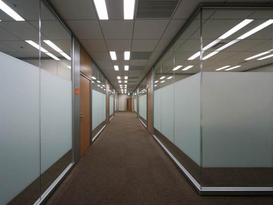 General Materials Manufacturer/【Meeting room area】The open and airy meeting room hallway in the visitors area uses glass dividers.