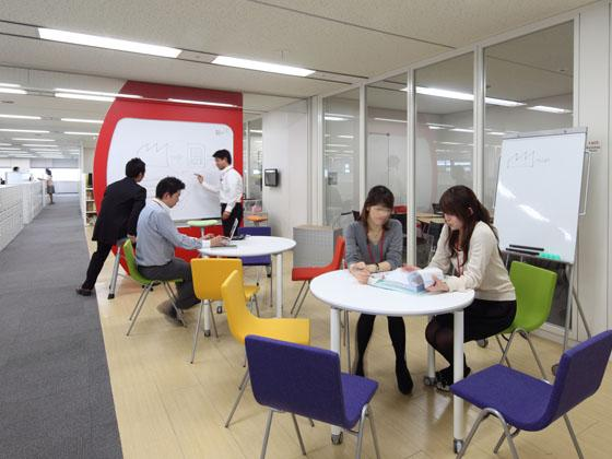 KAGOME CO., Ltd./【Communication area】Lively interaction takes place in this brainstorming space along the main corridor.