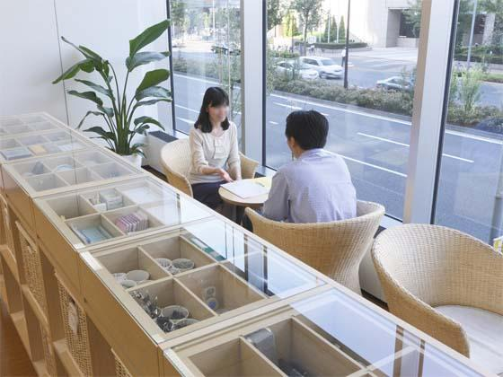 AUN CONSULTING, Inc./【Lounge】Stationery cabinets and window area.