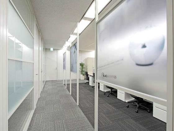 JR Tokai Corporation/【Office area】Partitions gently define lines of flow in the office.