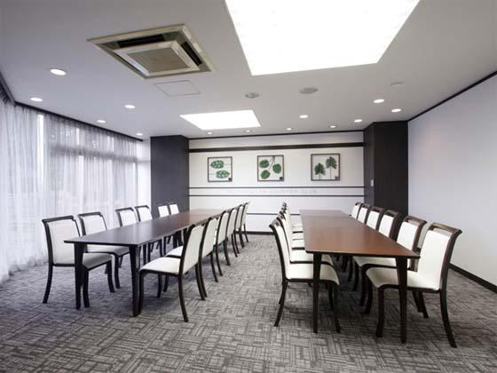 Fuji Health Country Club/【Party room】The party room, where awards ceremonies and other events are held, was remodeled with a chic, relaxed interior.
