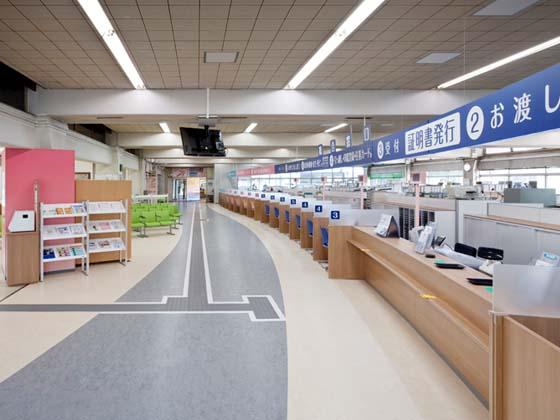 Yotsukaido City/【Service counter floor】The counters form an arc like they are accepting visitors.