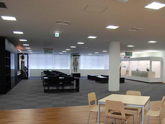 Ome City/【Break area】This space, which uses Tama forest products, provides policy information and showcases the city's sister city.