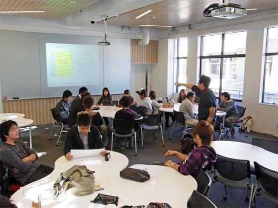 Kaetsu University/【Lectures use ICT】Lectures use ICT Using ICT devices, teachers provide instruction while walking around the entire classroom.