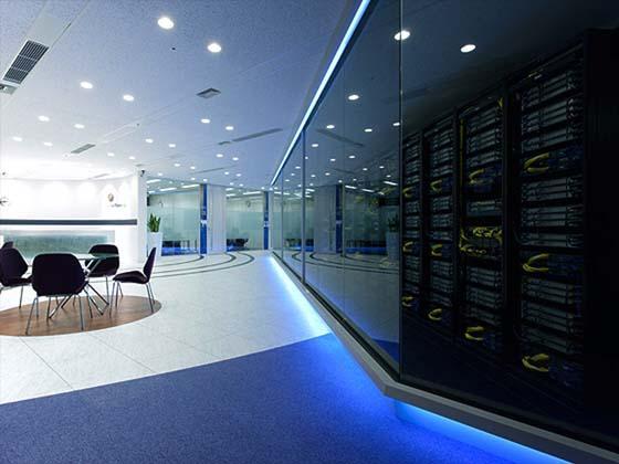 Global Knowledge Network Japan, Ltd./【Entrance and server room】The glass-walled 'Miseru' server room.