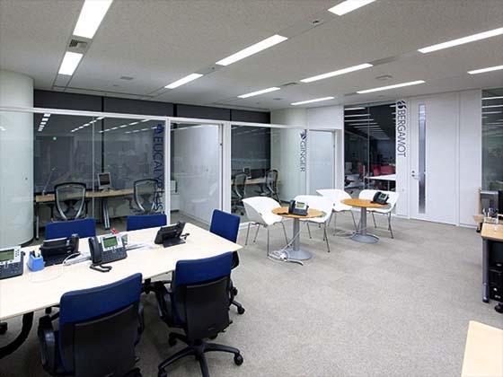 Global Knowledge Network Japan, Ltd./【Office (Concentration booth)】This open, glass-walled window booth can be used for work by two people.