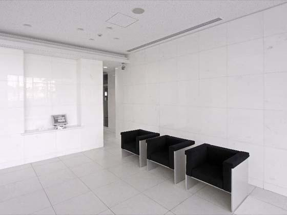 Kyowa Medical Corporation/【Entrance area】A bright, high-ceilinged, open space with a white motif