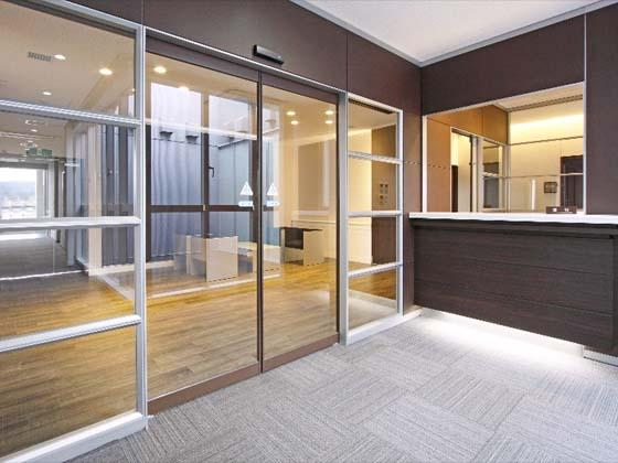 Kyowa Medical Corporation/【Executive area】Glass panels alleviate the sense of being confined while maintaining security.