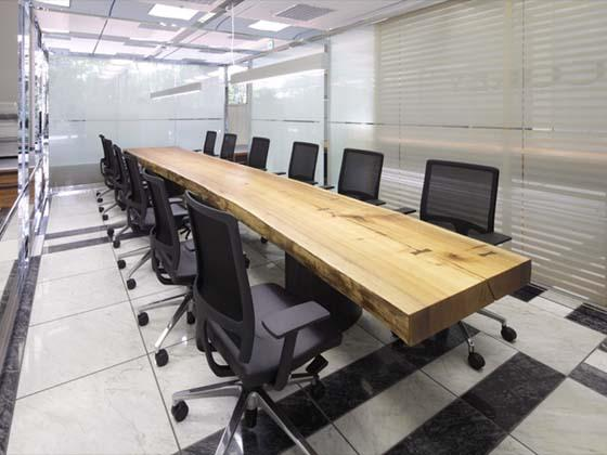 Cokey Co., Ltd./【Communication area】(Communication area) A reception table made from a single plank of muku tree which gives it warmth.