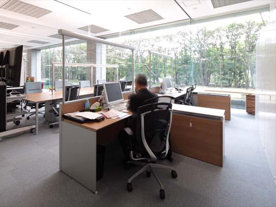 Cokey Co., Ltd./【Executive area】(Executive area) The executive seats are also open. The office area is spread out at the back of the teleconference area.