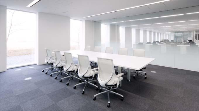 """Nippon Suisan Kaisha, Ltd./【Meeting rooms】The design aims for """"visualization"""" with the partitions between the meeting rooms and the executive offices made of glass."""