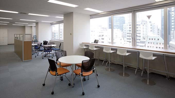 HCL JAPAN LTD./【Multipurpose space】A bright in-house communication space facing the windows.