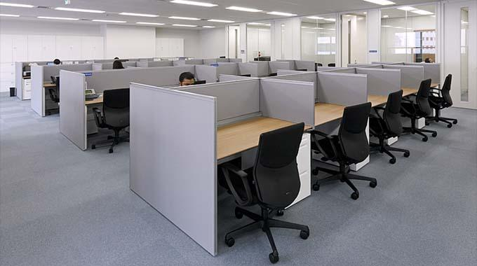 HCL JAPAN LTD./【Office area】The surfaces of the desks are coated in markless melamine which does not leave many fingerprints.
