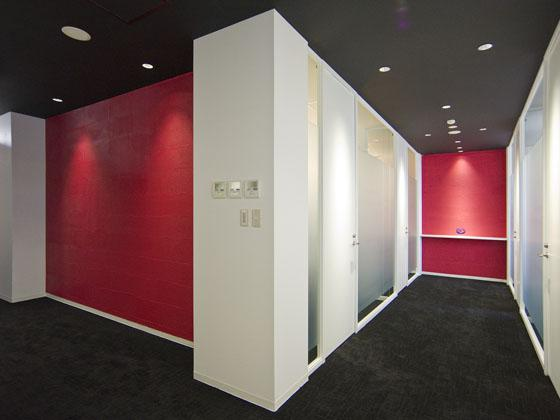 Plenus Company Limited/【Entrance area (Executive corridor - executive area)】Corridor with outside light shining in from the open executive office with glass walls