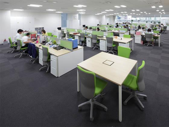 Suntory Flowers Limited/【Office area】The movable desks with four legs can normally be used alone as meeting tables, but when the number of attendees increases they can be joined to the fixed desks with the same  depth size and used as office desks.