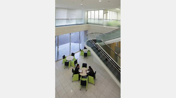MS & AD Systems Company, Limited/【Entrance area】Spacious and bright entrance area with a vaulted ceiling and light entering from outside