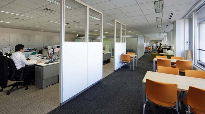 MS & AD Systems Company, Limited/【Open meeting area】Open meeting area partitioned off with white board panels