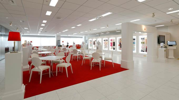 Triumph International (Japan) Ltd./【Business negotiations area】Composed of red carpets and white furniture. Music plays from the bust so users can concentrate on business negotiations without being distracted by ambient sounds.