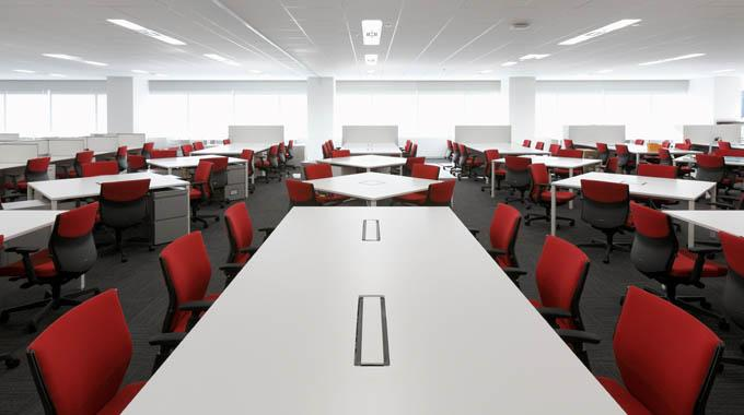 Triumph International (Japan) Ltd./【Office area】The Non-Territorial Office seats are arranged in a layout that can be enjoyed even when looking at a flat surface. The colors of Triumph, red and white, are used consistently.